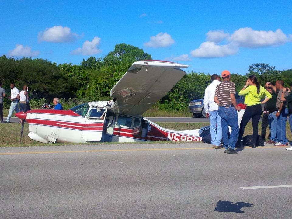 Punta Cana: Plane makes emergency landing on highway coral-passengers unharmed.